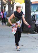 http://img235.imagevenue.com/loc254/th_046370913_Hilary_Duff_heads_to_yoga_in_Studio_City33_122_254lo.jpg