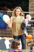 http://img235.imagevenue.com/loc342/th_277790448_Hilary_Duff_MrBones_Pumpkin_Patch13_122_342lo.jpg