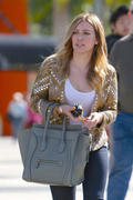 http://img235.imagevenue.com/loc365/th_862610965_Hilary_Duff_at_Crumbs_bakery48_122_365lo.jpg