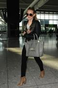 http://img235.imagevenue.com/loc410/th_556952234_Hilary_Duff_at_Heathrow_Airport_London6_122_410lo.jpg